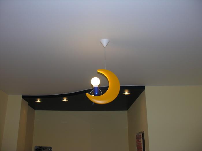 Двухуровневый натяжной потолок с дугой
